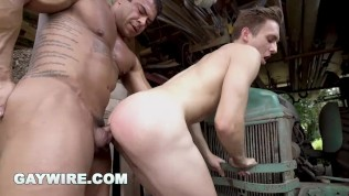 GAYWIRE – Muscle Hunk Draven Navarro Buries His Powerful Cock In Twink Ass!
